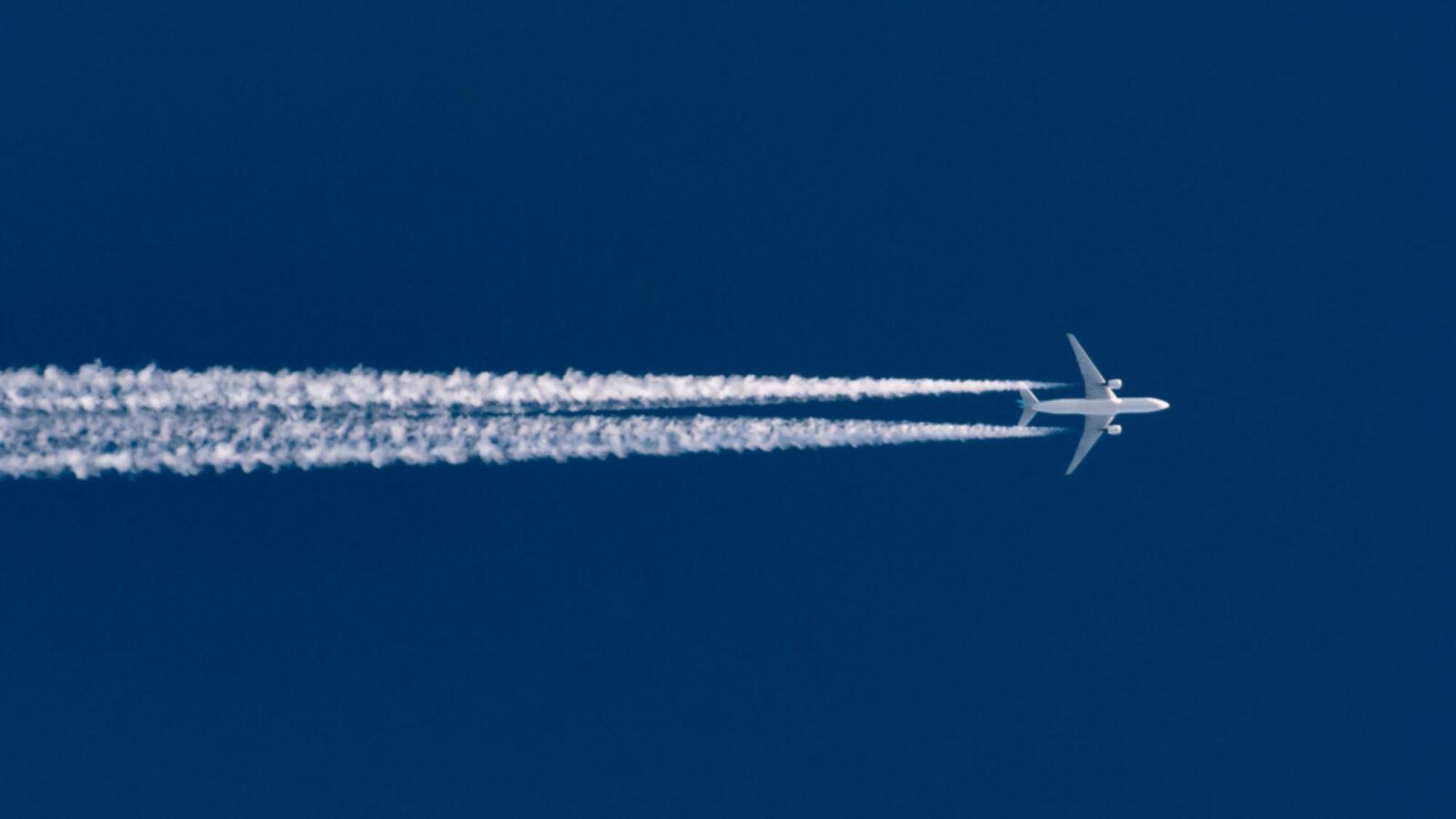 الخطوط البيضاء التي تتركها الطائرات في السماء